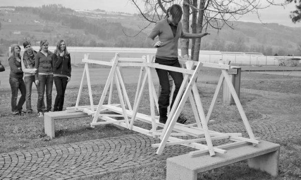 """Brückenbau aus Dachlatten (Image: aus dem Lehrmittel """"Bauten, Städte, Landschaften"""")"""