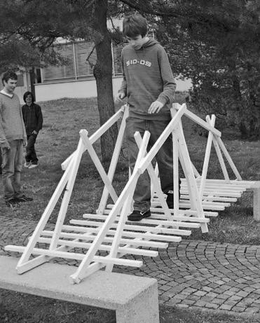 """Brückenbau aus Dachlatten (Bild: aus dem Lehrmittel """"Bauten, Städte, Landschaften"""")"""
