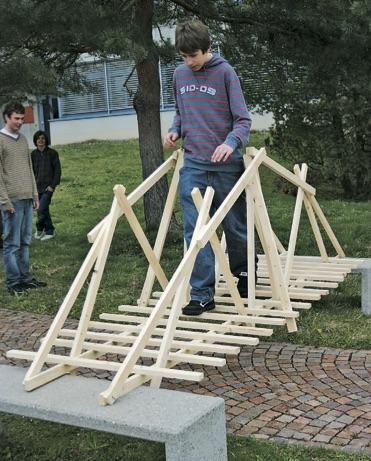 """Brückenbau aus Dachlatten (Immagine: aus dem Lehrmittel """"Bauten, Städte, Landschaften"""")"""
