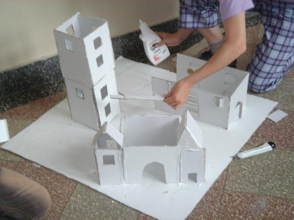 """Modellbau Wohnform (Bild: Spacespot Projektwoche """"Mitten im Leben – wie wollt ihr wohnen?"""")"""