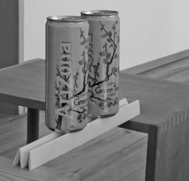 """Getränkedose auf Papierbrücke (Bild: aus dem Lehrmittel """"Bauten, Städte, Landschaften"""")"""
