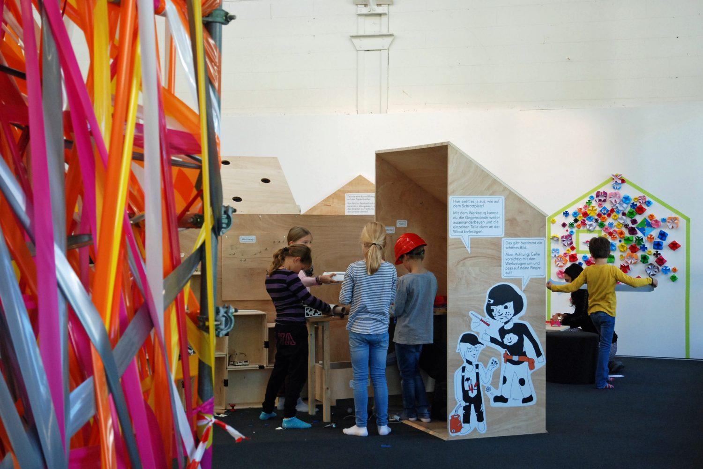 Die Behausung als gestalteten Raum erkennen. Unter sachkundiger Leitung erarbeiten die Kinder im LAB ein Verständnis für Baukultur. (Bild: K'werk Zug)